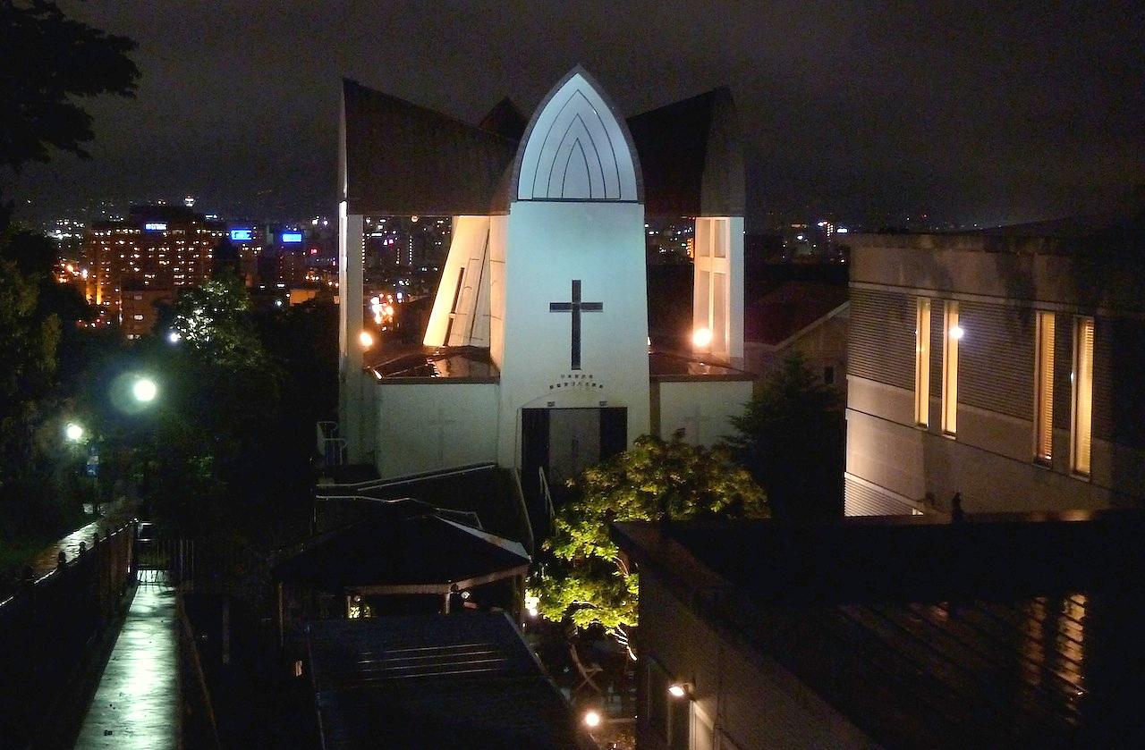 北海道の観光旅行 チャチャ登りから函館聖ヨハネ教会のライトアップ