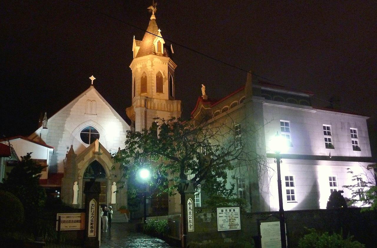 北海道の函館の観光旅行 カトリック元町教会のライトアップ