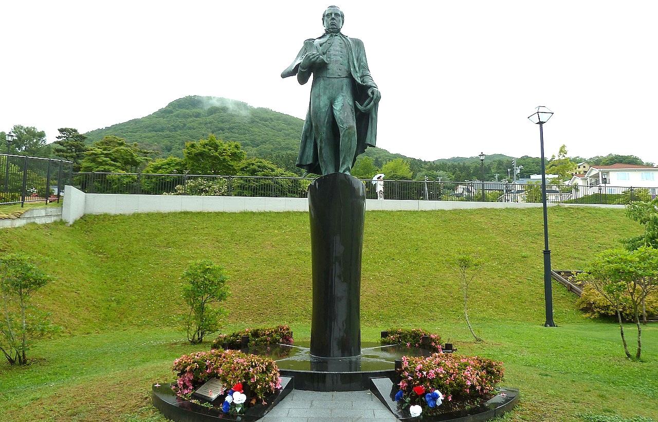 北海道の函館の観光旅行 ペリー像と提督来校記念碑