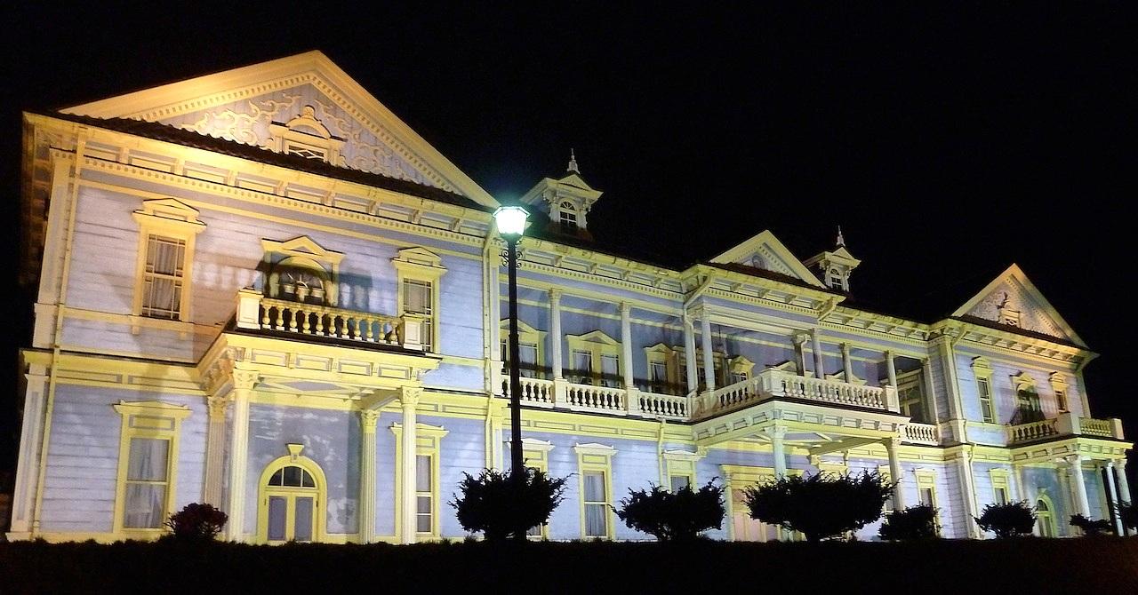 北海道の観光旅行 元町公園の旧函館区公会堂のライトアップ