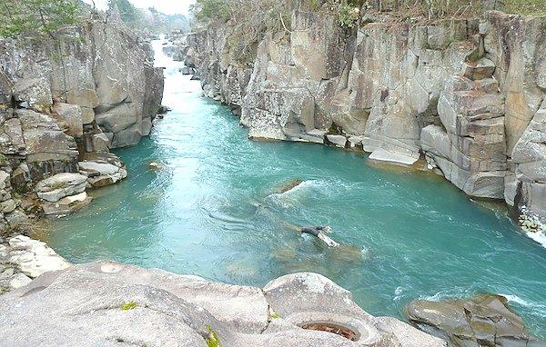 【東北旅行】岩手県一ノ関の厳美渓は奇岩と川の天然記念物!空飛ぶ郭公だんごも有名