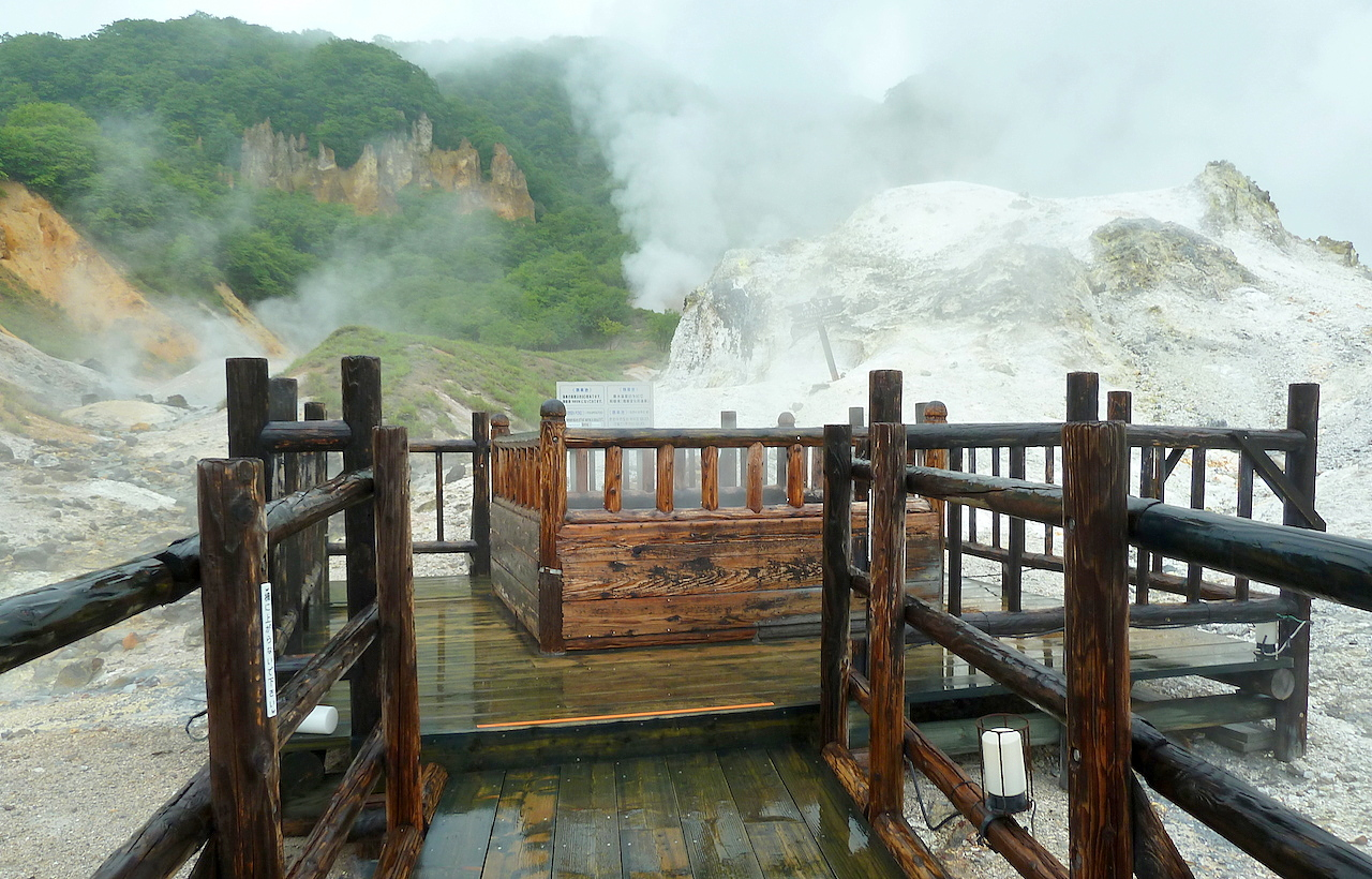 北海道の登別温泉の観光旅行 地獄谷の遊歩道