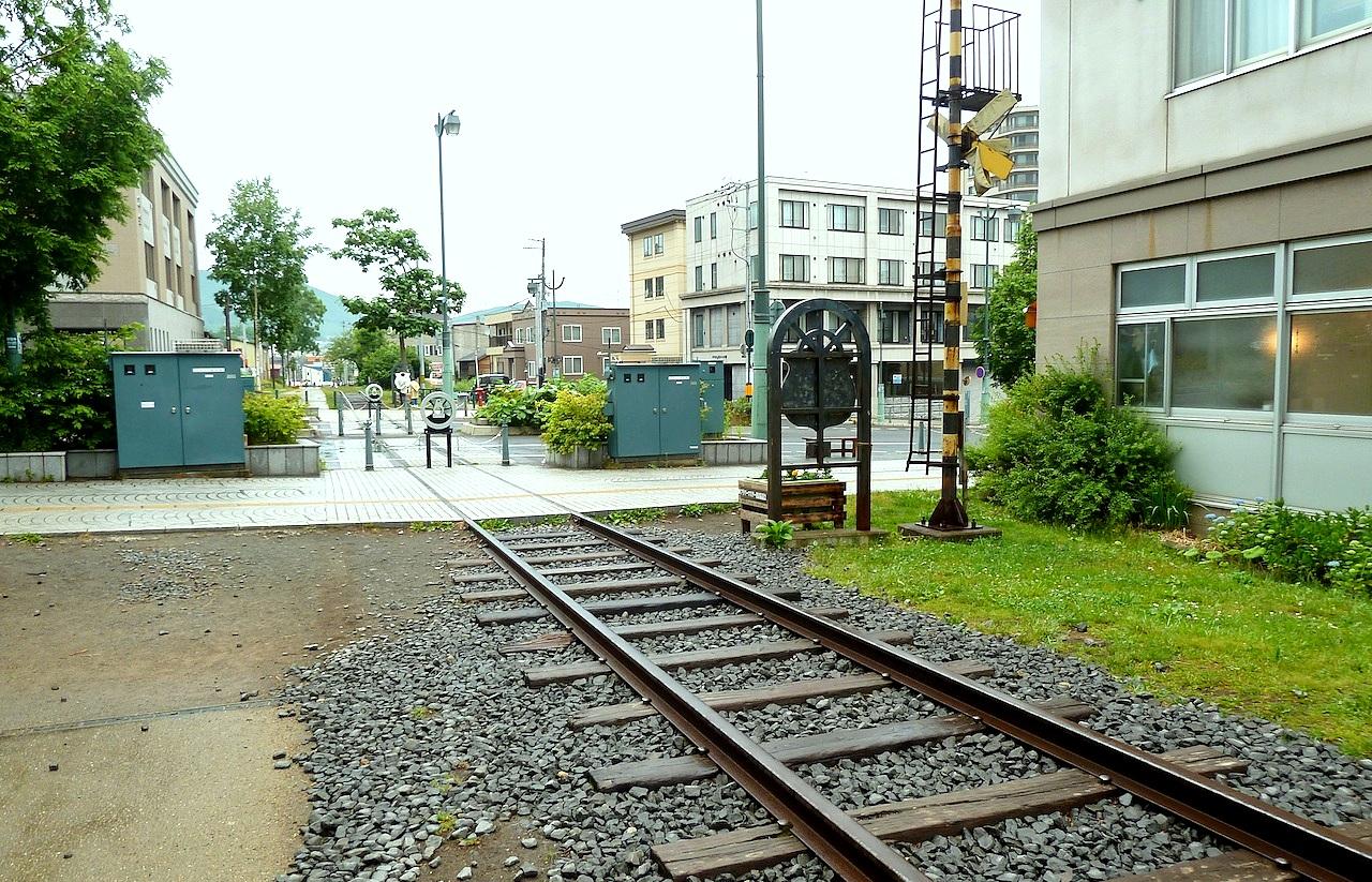 北海道の小樽の観光旅行 旧国鉄の手宮線の線路跡と踏切
