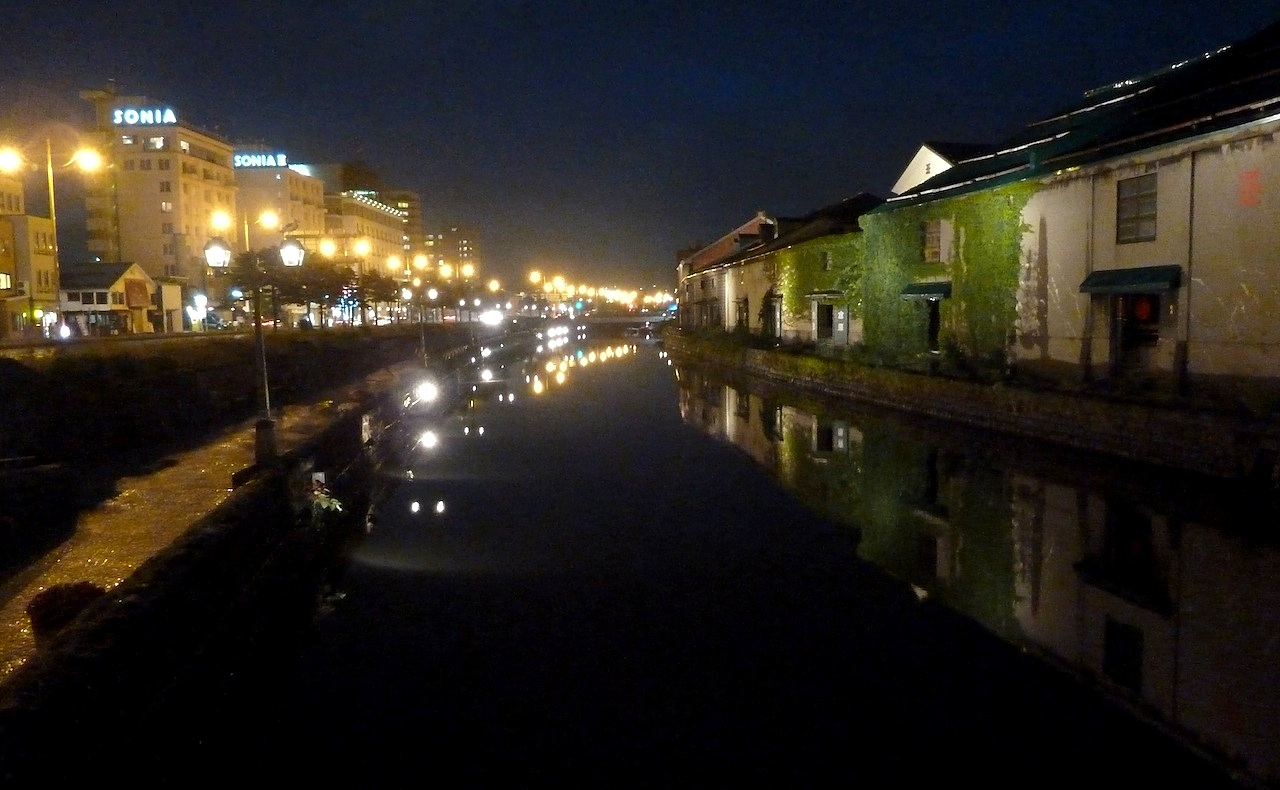 北海道の小樽の観光旅行 夜の運河
