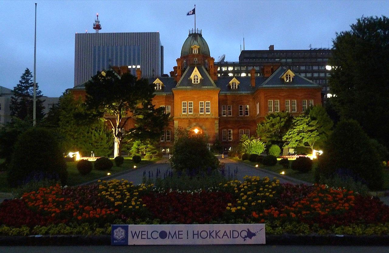 北海道の札幌の観光旅行 赤レンガの道庁旧本庁舎のライトアップ