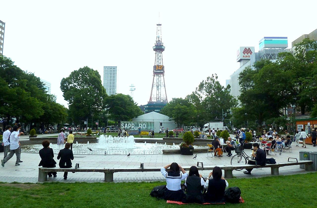 北海道の札幌の観光旅行 大通公園とさっぽろテレビ塔