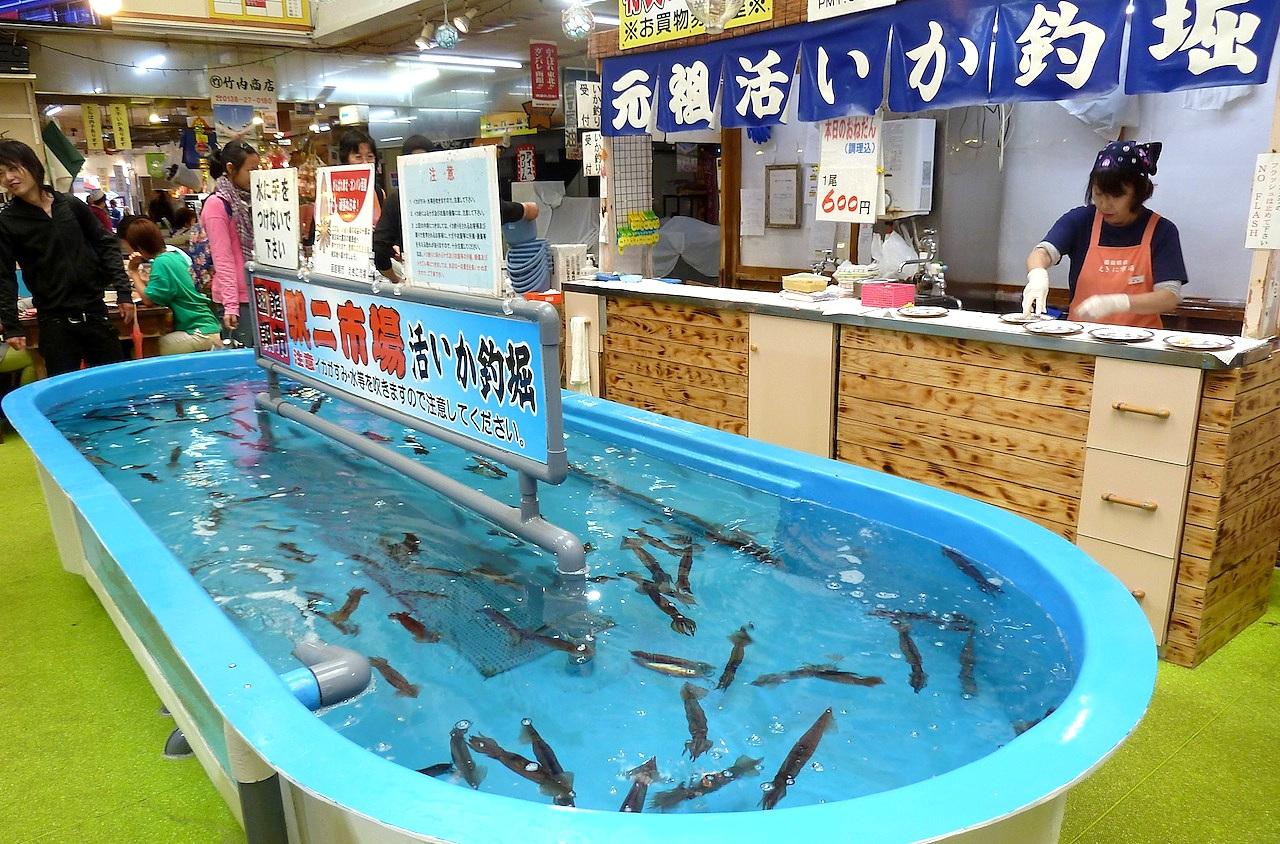 北海道の函館グルメ旅行 朝市のイカ釣り堀