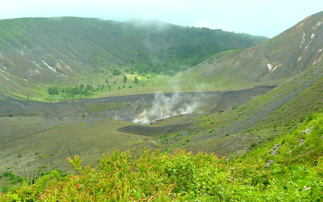 北海道の洞爺湖の観光旅行 有珠山の山頂から火口の噴煙