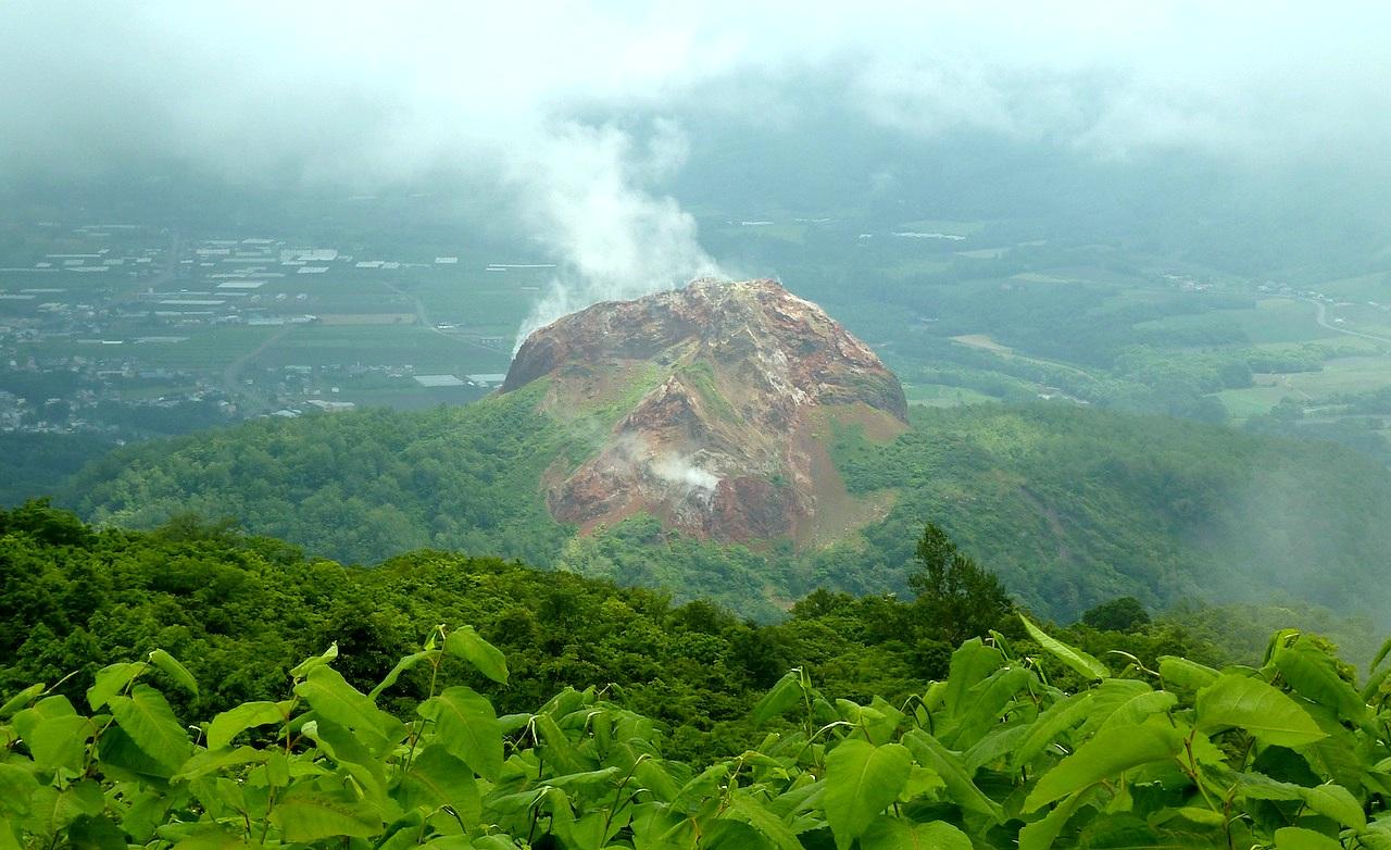 北海道の洞爺湖の観光旅行 有珠山から昭和新山