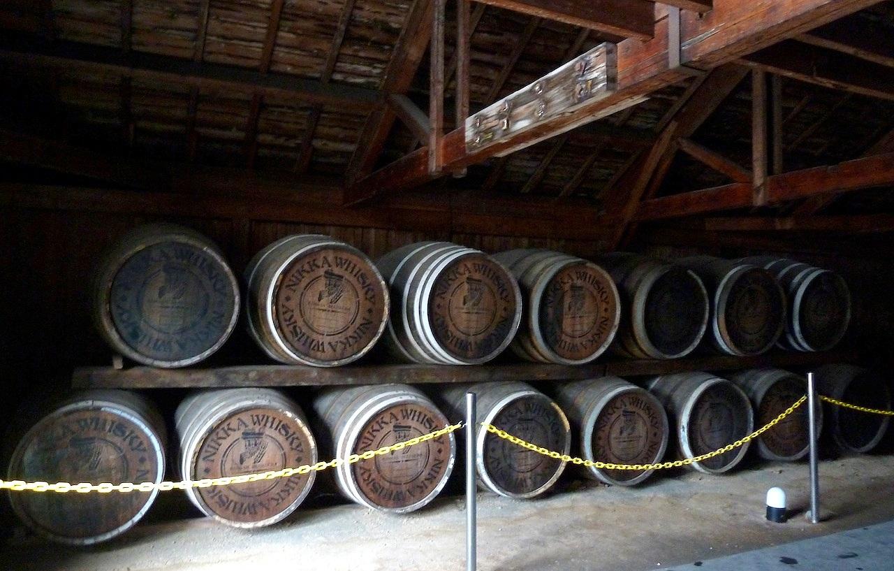 北海道の余市の観光旅行 マッサンのニッカウヰスキー蒸留所の一号貯蔵庫の樽