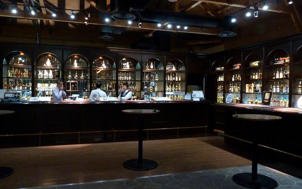 北海道の余市の観光旅行 マッサンのニッカウヰスキー蒸留所の有料試飲バー